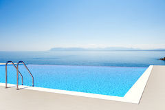 Overweldigende pool Stock Foto