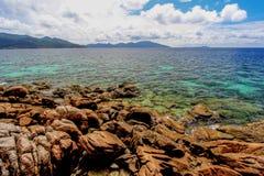Overweldigende rots en overzees op zonnige dag Stock Fotografie