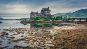 Overweldigende schemer over loch in Eilean Donan Castle, Schotland Stock Afbeelding