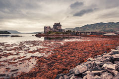 Overweldigende schemer over loch in Eilean Donan Castle in Schotland Royalty-vrije Stock Foto