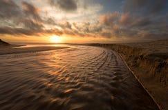 Overweldigende strandzonsondergang royalty-vrije stock afbeelding