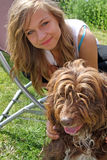Overweldigende tiener met haar huisdierenhond Royalty-vrije Stock Fotografie