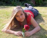 Overweldigende tiener in tuin Stock Foto's