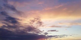Overweldigende toneelachtergrond Multicolored wolken in de zonsonderganghemel Licht wolkencontrast met donkere wolken stock foto's