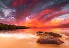 Overweldigende Tropische Zonsondergang Stock Foto's