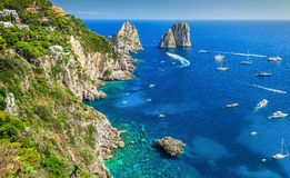 Overweldigende van Capri het eiland, het strand en van Faraglioni klippen, Italië, Europa stock foto's