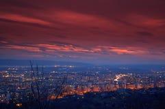 Overweldigende van de avondhemel en stad lichten Royalty-vrije Stock Afbeeldingen