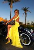 Overweldigende vrouw in gele kleding Royalty-vrije Stock Foto's