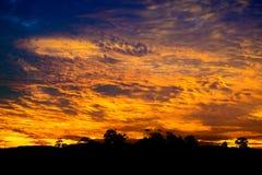 Overweldigende vurige zonsondergang Royalty-vrije Stock Foto's