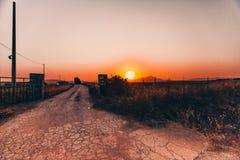 Overweldigende weg bij zonsondergang stock foto