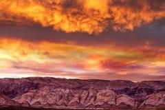 Overweldigende zonsondergang in bewolkte hemel royalty-vrije stock foto's