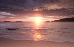 Overweldigende zonsondergang bij het strand Royalty-vrije Stock Afbeelding
