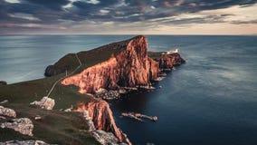 Overweldigende zonsondergang bij Neist-puntvuurtoren, Schotland, het Verenigd Koninkrijk, 4k, timelapse stock videobeelden