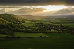 Overweldigende zonsondergang over plattelandslandschap Stock Fotografie