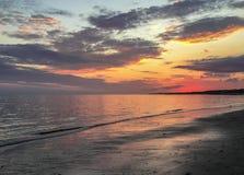 Overweldigende zonsondergang van kleurrijk hemel en water in Cape Cod, Massachusetts royalty-vrije stock foto's