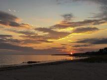 Overweldigende zonsondergang van kleurrijke hemel en wolken als zonreeksen in Cape Cod, Massachusetts royalty-vrije stock afbeeldingen