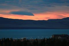 Overweldigende zonsonderganghemel over de mening van Meerargentino van de stad van Gr Calafate, Patagonië, Argentinië royalty-vrije stock foto
