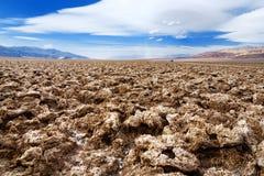 Overweldigende zoute vormingen bij de Cursus van het Duivelsgolf in het Nationale Park van de Doodsvallei, Californië stock fotografie