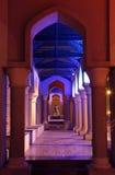 Overwelfde galerij bij nacht. Muscateldruif Oman Stock Afbeelding