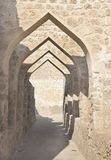 Overwelfde galerij binnen het fort van Bahrein Stock Fotografie