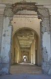 Overwelfde galerij in Darul Aman Palace, Afghanistan Stock Foto