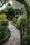 Overwelfde galerij in de tuin Stock Foto