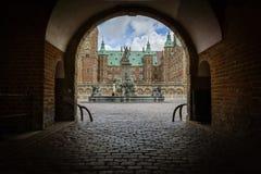 Overwelfde galerij en ingang door de donkere poort aan gegoten Frederiksborg Stock Afbeelding