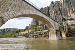 Overwelfde galerij en wegen in Frankrijk over de brug Stock Afbeeldingen