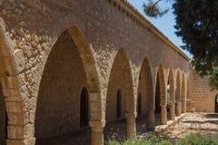 Overwelfde galerij in het Klooster van Ayia Napa, Cyprus Stock Fotografie