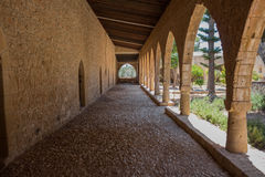 Overwelfde galerij in het Klooster van Ayia Napa, Cyprus Royalty-vrije Stock Afbeelding