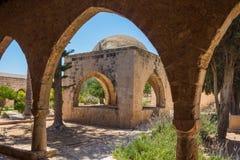 Overwelfde galerij in het Klooster van Ayia Napa, Cyprus Royalty-vrije Stock Foto's