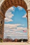 Overwelfde galerij met Amerikaanse vlag binnen stock afbeelding