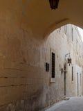 Overwelfde galerij over weg in Malta Royalty-vrije Stock Afbeelding