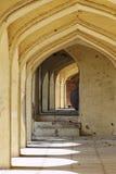 Overwelfde galerijen bij de Graven van Qutb Shahi Royalty-vrije Stock Afbeelding