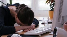 Overwerk - de jonge vrouw is uitgeput en gefrustreerd bij het bureauwerk stock videobeelden