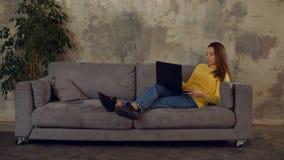 Overwerkt freelancer met laptop gevallen in slaap stock footage