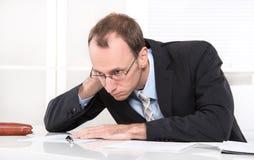 Overwerkte bedrijfsmens met doorsmelting - managerziekte die - dragen Stock Foto's