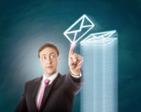 Overwerkte Manager Stacking Virtual Documents royalty-vrije stock afbeelding