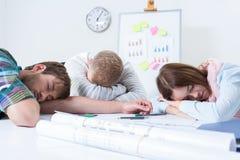 Overwerkte mensenslaap op het werk Stock Foto