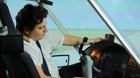 Overwerkte pilootzitting in cockpit en het dromen van vakantie, het harde werk stock video