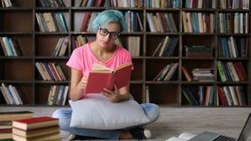 Overwerkte vrouwelijke student die terwijl het bestuderen dutten stock video
