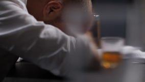 Overwerkte zakenman het drinken whisky op kantoor stock videobeelden
