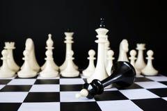 Overwinning en Nederlaag Gevallen schaakkoning stock afbeelding
