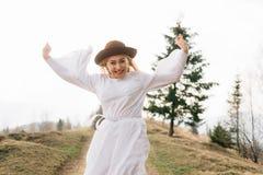 Overwinning en vreugde om zich te verheugen, voltooiing van doelstellingen stock foto