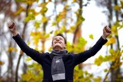 Overwinning - Succesvolle jonge mens die zijn succes toont Royalty-vrije Stock Foto