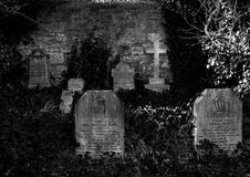 Overwoekerde graven royalty-vrije stock afbeeldingen
