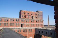 Overwoekerde ruïnes van oude fabriek Stock Foto