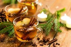 Overwogen cider met kaneel, kruidnagels en anijsplant Traditionele Kerstmisdrank stock fotografie
