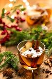 Overwogen cider met kaneel, kruidnagels en anijsplant Traditionele Kerstmisdrank royalty-vrije stock afbeelding