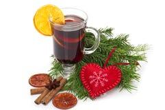 Overwogen die wijn in glas met pijpje kaneel, Kerstmisboom en hart op een wit wordt geïsoleerd Royalty-vrije Stock Foto